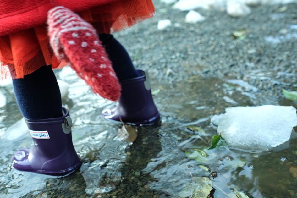 雪解け水たまり 雪がとけてできた水たまり