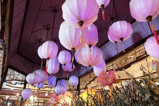 香港ディズニーランド_プラザインPlaza_Innでランチ_色が変わるちょうちん