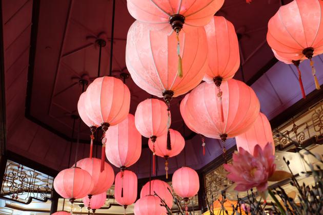 香港ディズニーランド_プラザインPlaza_Innでランチ_ピンク色のちょうちん