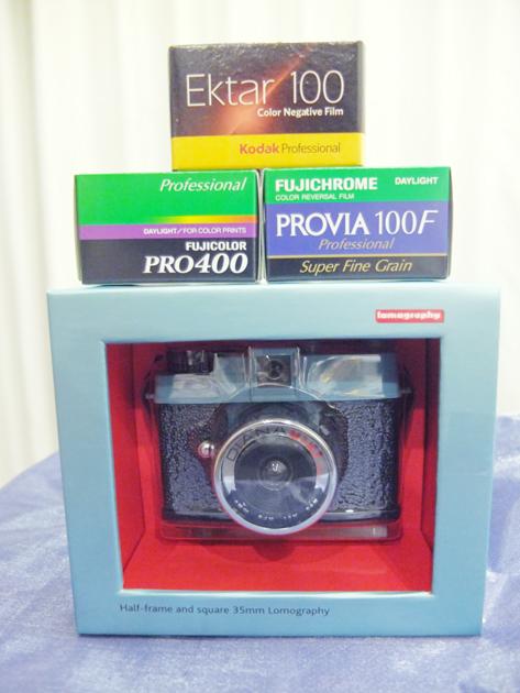 嬉しいプレゼント Lomography Diana Mini ロモのダイアナミニ 作例の写真集もついてた